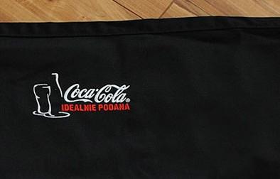 Haft komputerowy użyty do nadruku logo Coca-Cola na fartuchu