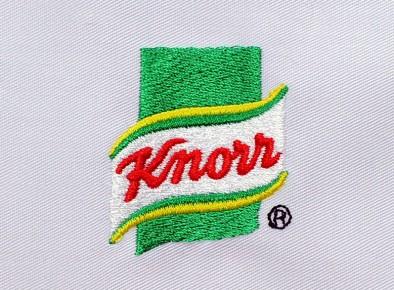 Logo firmy Knorr na szarym tle - technologia wykonania - haft komputerowy