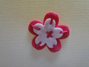 Kwiatek z filcu z haftem